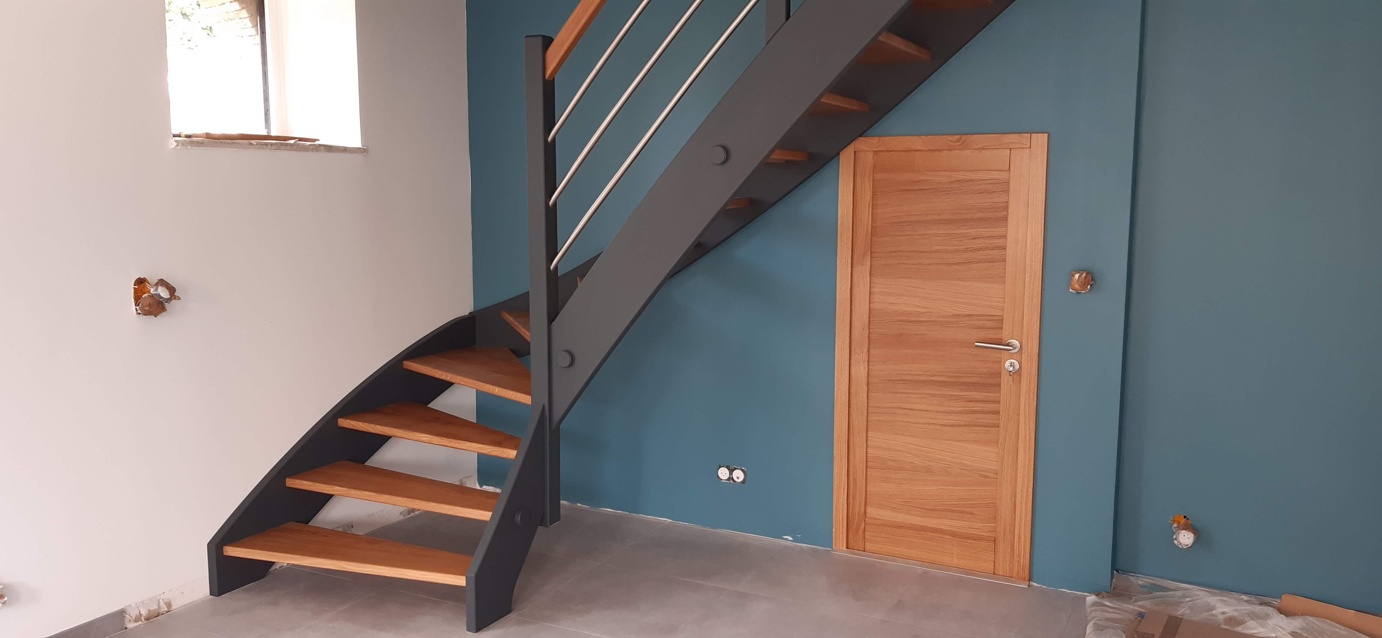 Menuiserie Figard - Fabrication sur mesure - Escalier 1/4 tournant - Marche en chêne limon peint - V