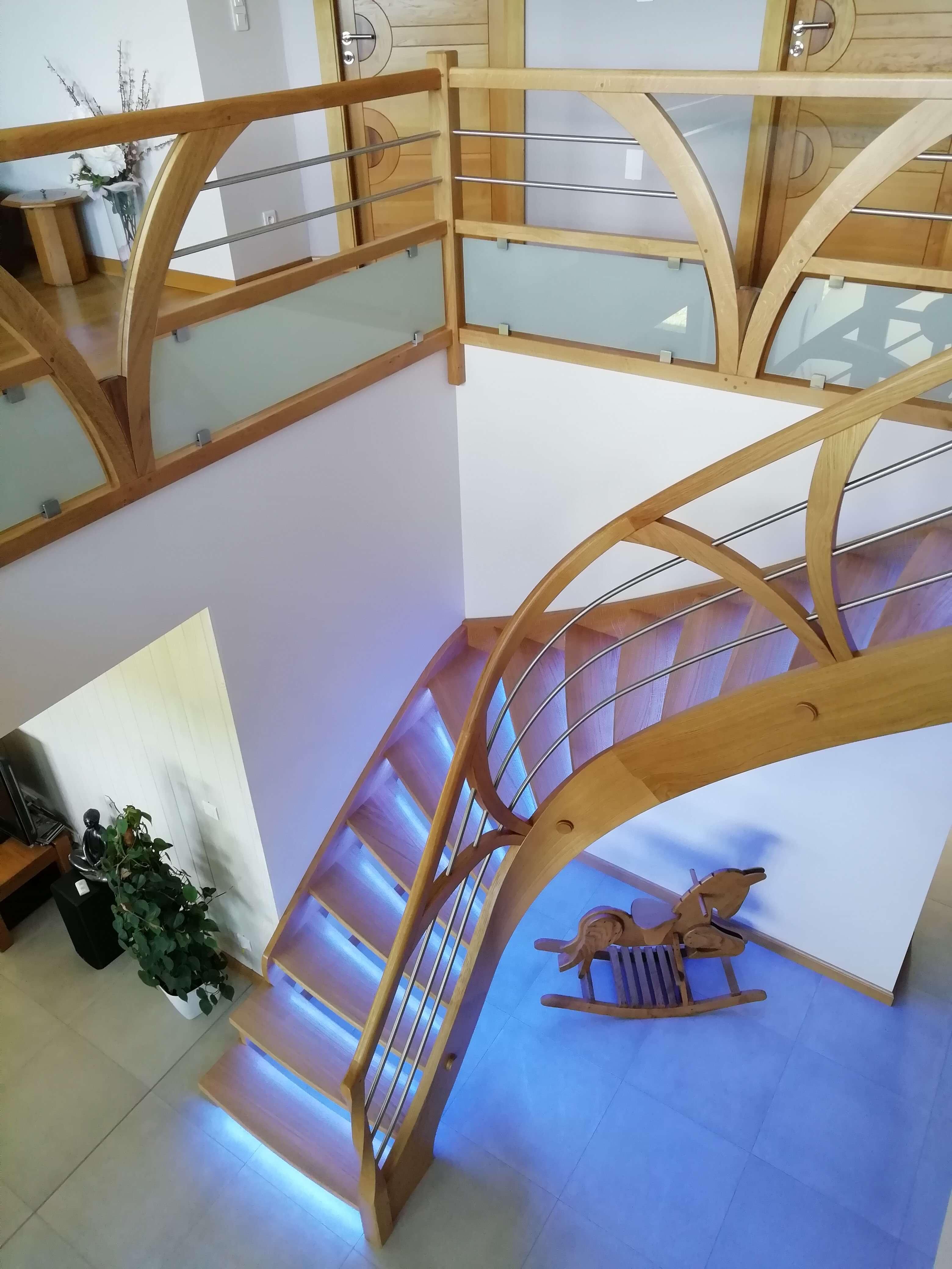 Menuiserie Figard - Fabrication sur mesure - Escalier courbe personnalisé - Chêne inox verre - Vesou