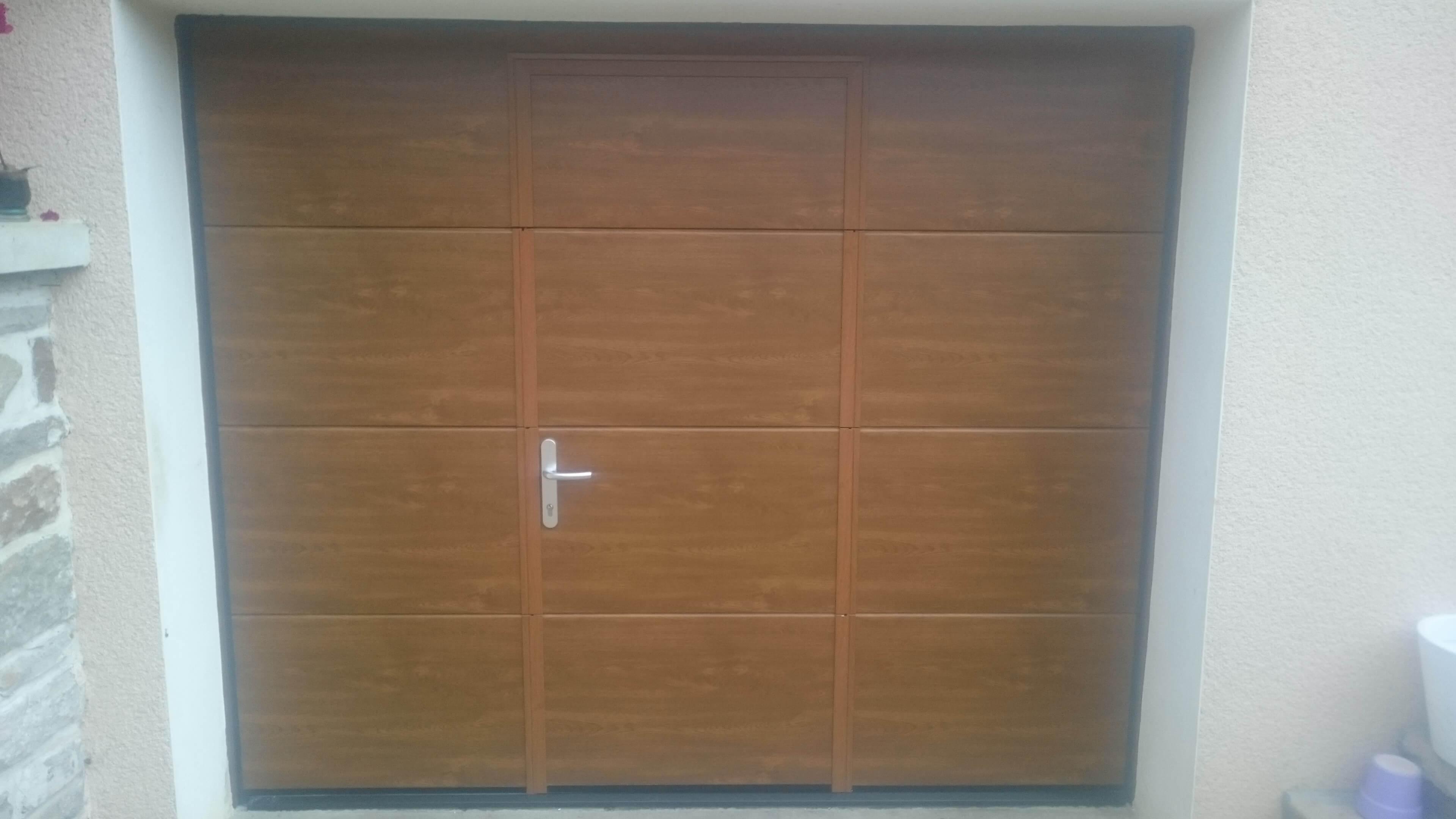 Menuiserie Figard - Fabrication sur mesure - Porte de garage sectionnelle avec hublots - Aluminium -